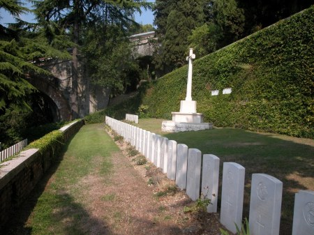 The Cross of Sacrifice and Row A & B in the terrace above Jennison's Row D grave, Staglieno Cemtery, Genoa, Italy. Image: cwgc.org